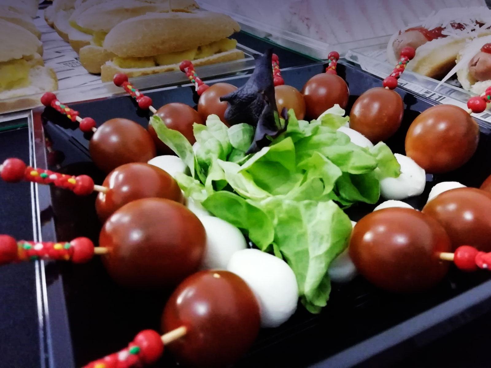 Brochetas capresse de tomate Cherry, mozzarela con vinagreta de pesto verde